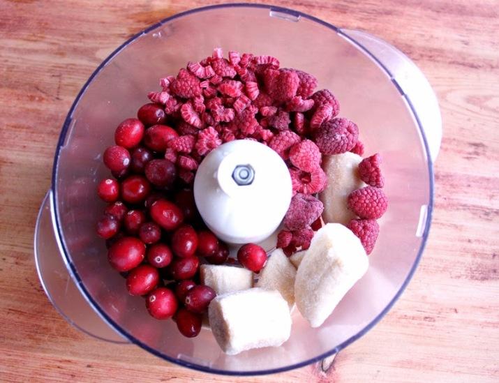 Hjemmelagd is av frosne bær og banaer er en ren helsekost!