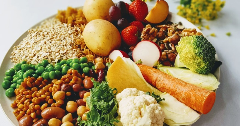Kosthold med belgvekster, grønnsaker, fullkorn, nøtter, kjerner, frukt og bær gir flere helsefordeler eog er sunnere enn et typisk norsk kosthold